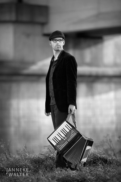 portretfoto muzikant accordeon brug © Janneke Walter, fotograaf Utrecht De Bilt, portretfotograaf, portret, portretfotografie