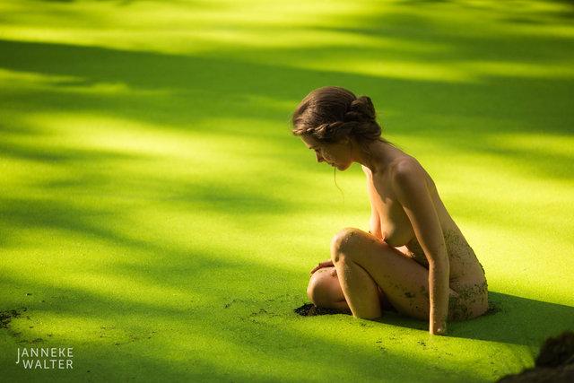 Fine art naakt foto vrouw zittend in kroos © Janneke Walter, fotograaf, Utrecht, De Bilt, fine art fotografie, naaktfotografie