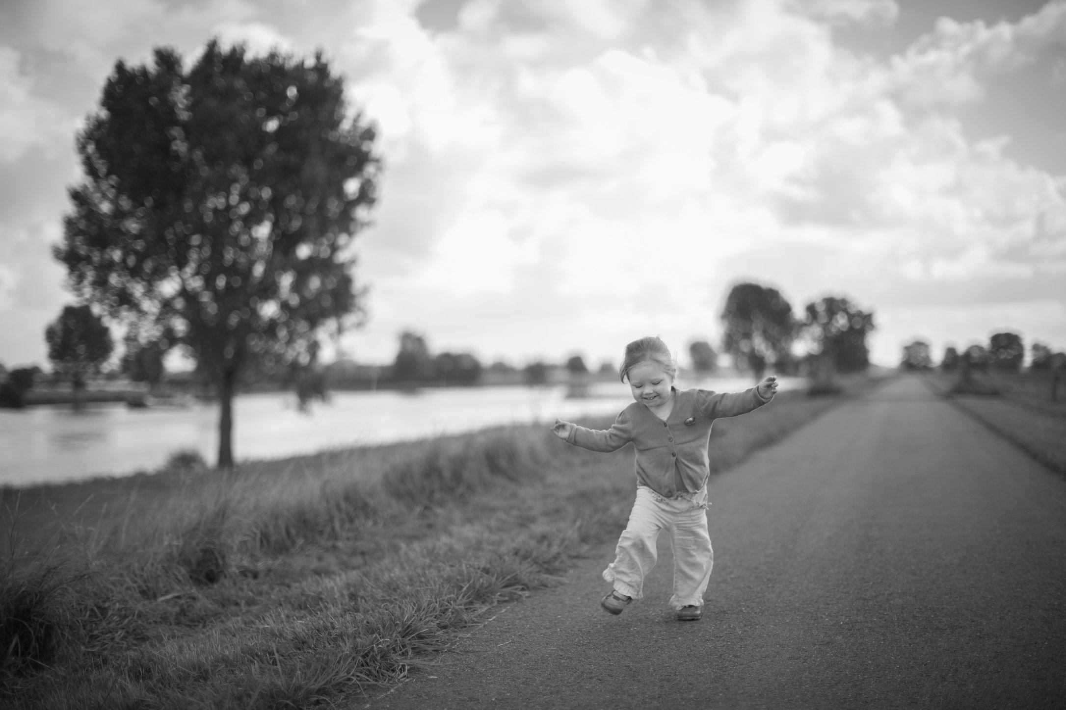 Portretfoto kind dansend op weg