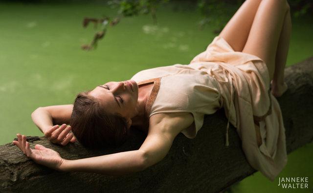 Fine art foto vrouw liggend op boomstam © Janneke Walter, fotograaf, Utrecht, De Bilt, fine art fotografie, naaktfotografie