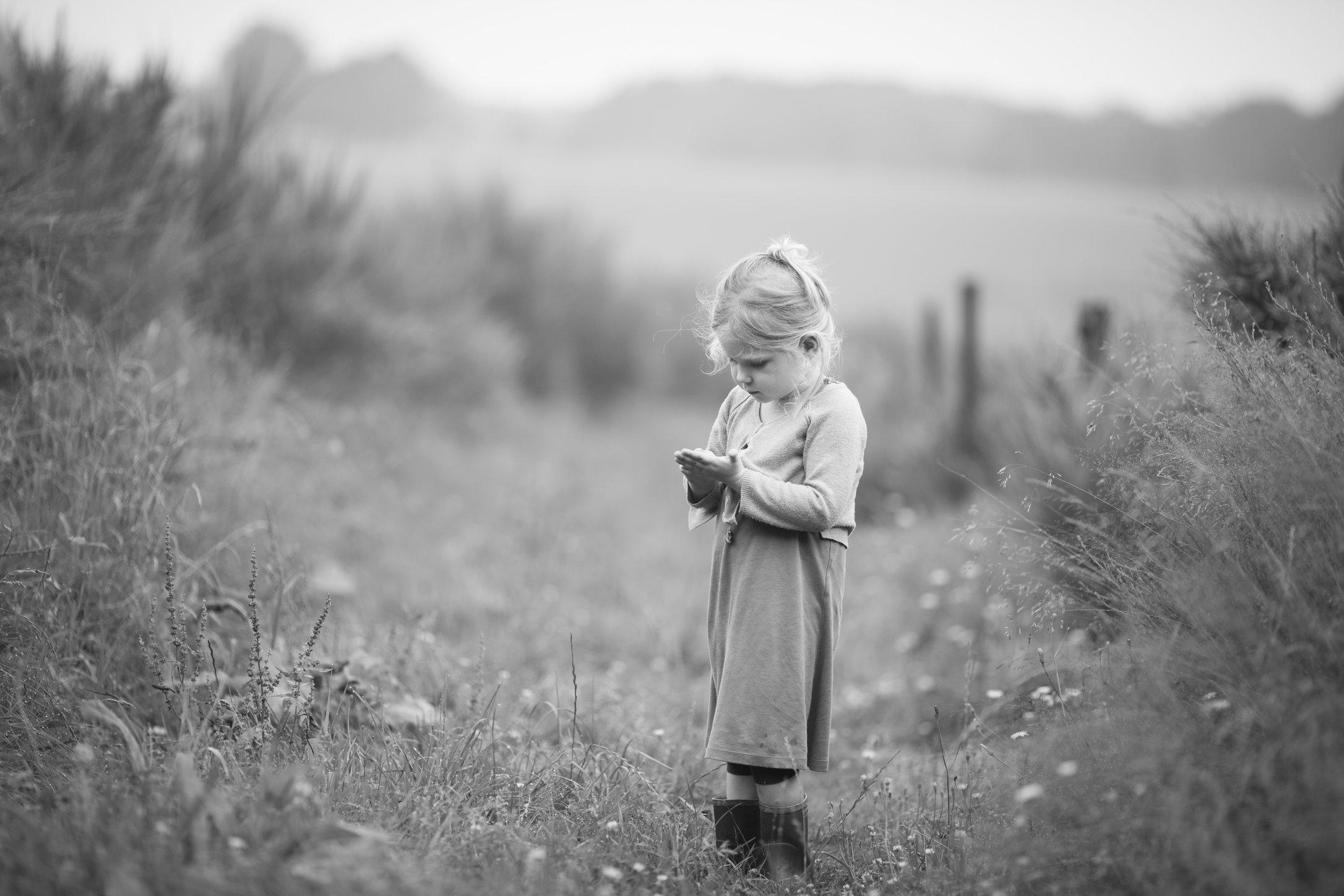 Portretfoto kind dat bloemen plukt