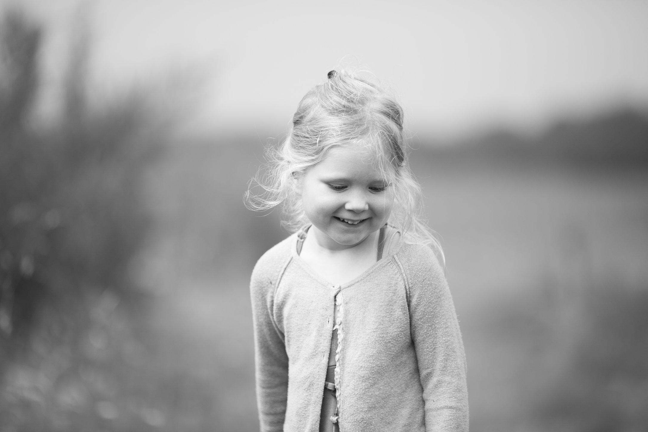 Portretfoto kind in bloemenveld - © Janneke Walter, kinderfotograaf omgeving Utrecht