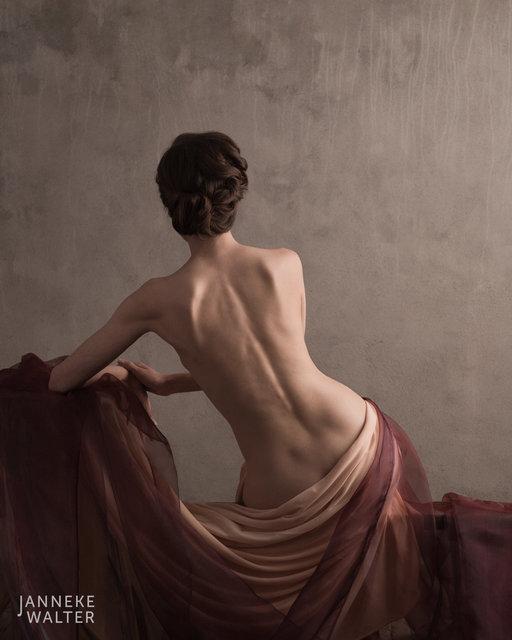 Fine art naaktfoto vrouw met gedrapeerde doeken  © Janneke Walter, fotograaf, Utrecht, De Bilt, fine art fotografie, naaktfotografie