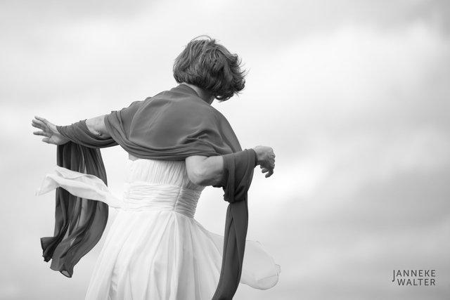 Portretfoto bruid met stola © Janneke Walter, fotograaf Utrecht De Bilt, loveshoot, bruidsfotografie, trouwfotografie