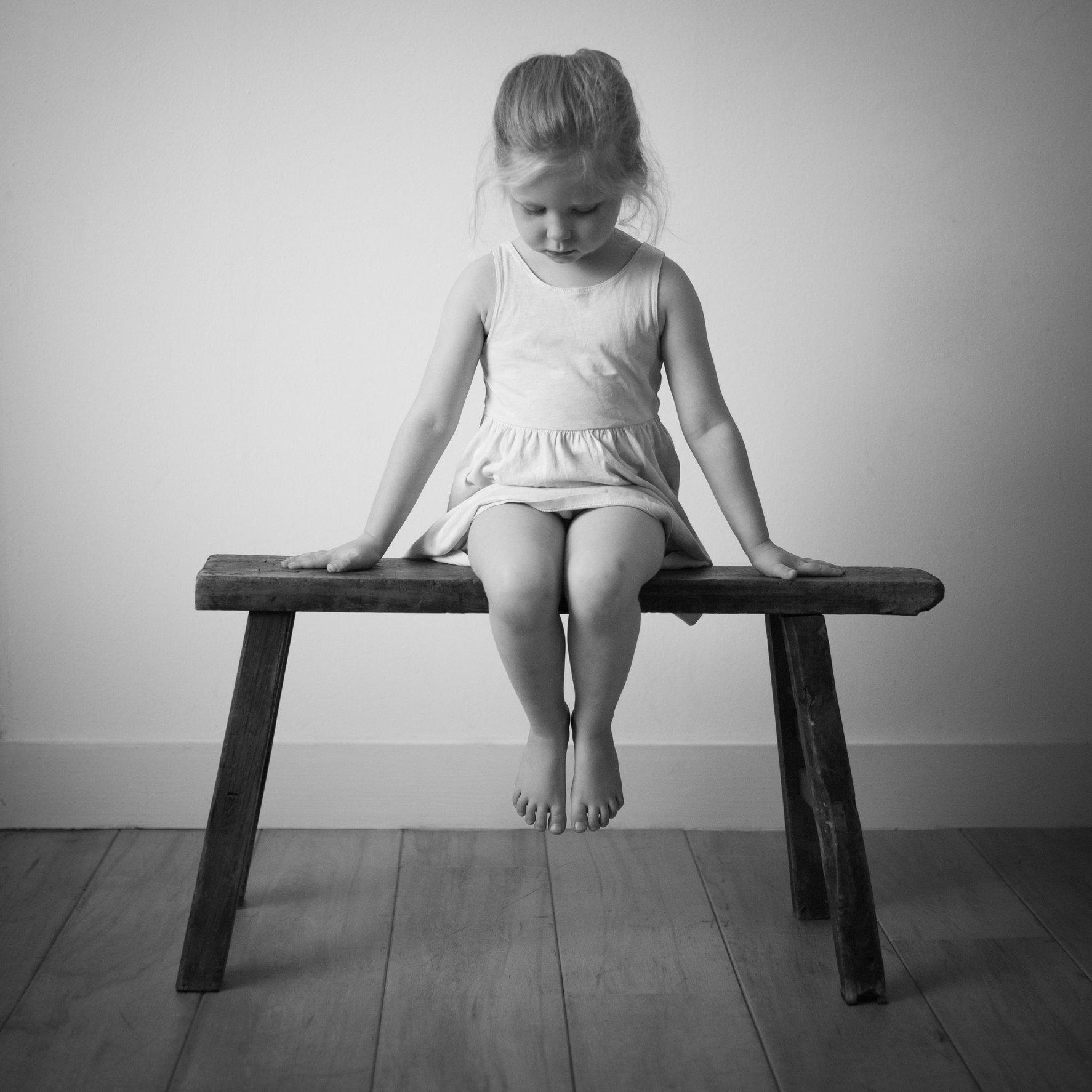 Portretfoto kind op bankje