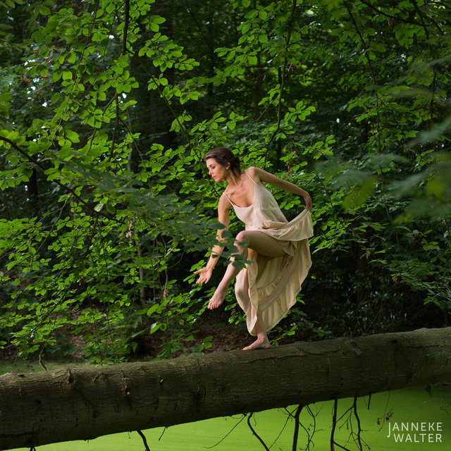 Fine art foto vrouw dansend op boomstam © Janneke Walter, fotograaf, Utrecht, De Bilt, fine art fotografie, naaktfotografie