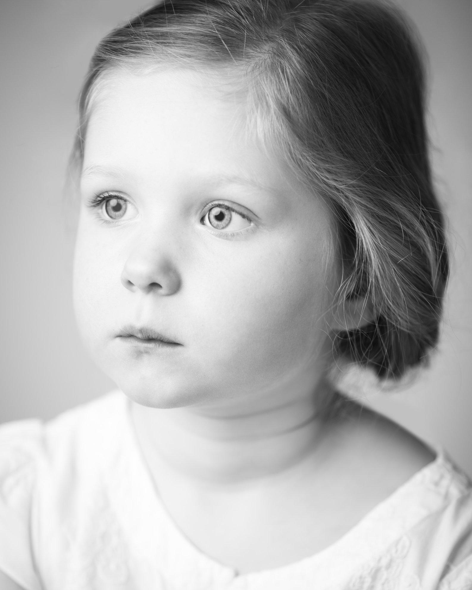 Portretfoto kind met wit bloesje