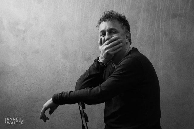 portretfoto acteur met hand voor de mond © Janneke Walter, fotograaf Utrecht De Bilt, portretfotograaf, portret, portretfotografie