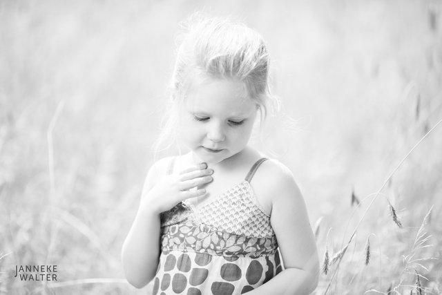 Fine art portretfoto kind in graanveld @ Janneke Walter, kinderfotograaf Utrecht De Bilt, kinderfotografie, kinderfotografie, kinderportret, fine art fotografie