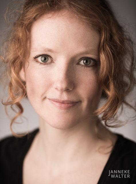 portretfoto vrouw met rood krullend haar © Janneke Walter, fotograaf Utrecht De Bilt, portretfotograaf, portret, portretfotografie