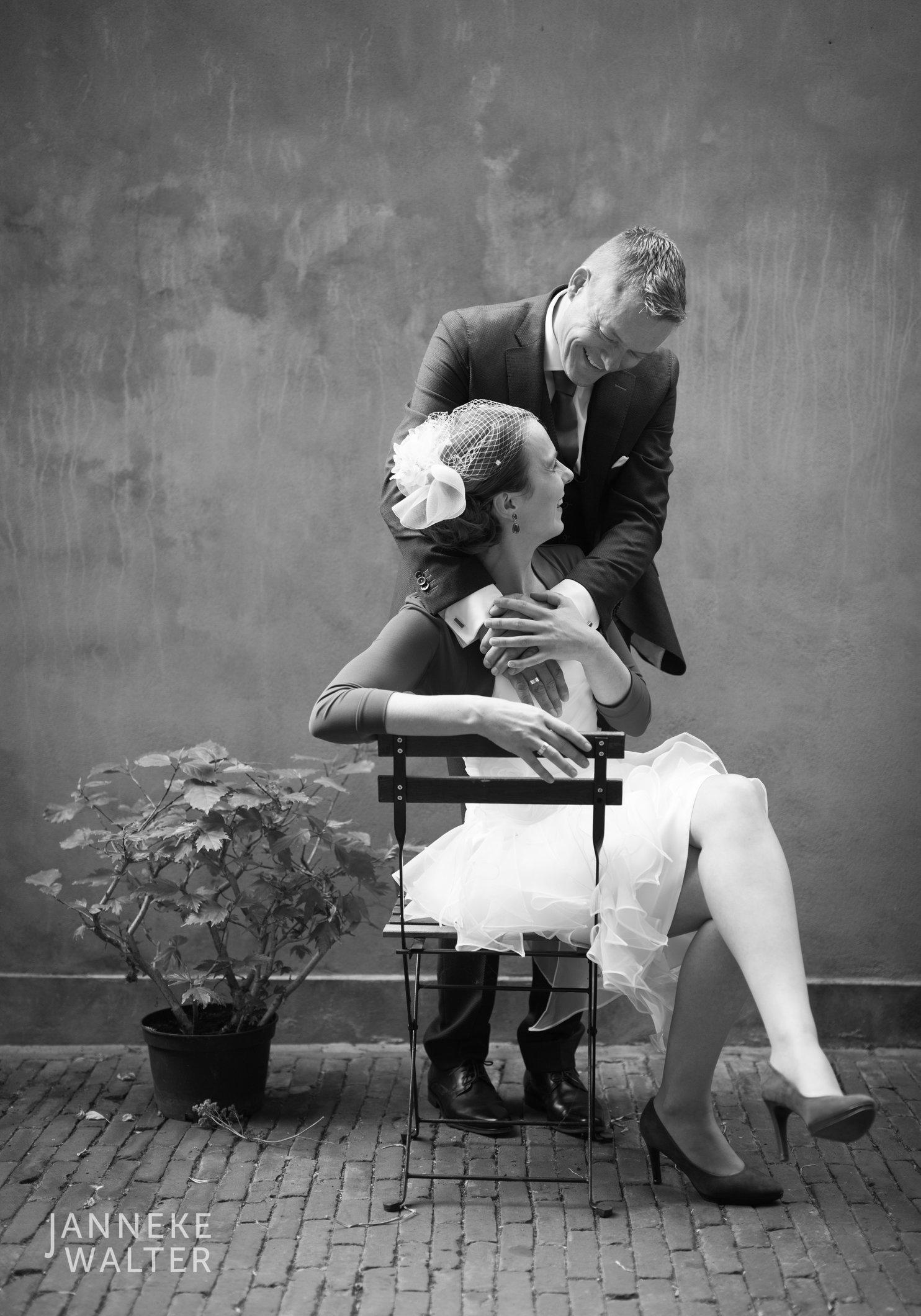 Portretfoto bruidspaar voor ruwe muur © Janneke Walter, fotograaf Utrecht De Bilt, loveshoot, bruidsfotografie, trouwfotografie