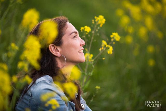 portretfoto vrouw in bloemenveld © Janneke Walter, fotograaf Utrecht De Bilt, portretfotograaf, portret, portretfotografie