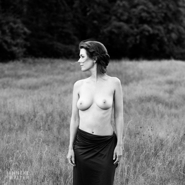 Fine art naakt foto vrouw in veld I © Janneke Walter, fotograaf, Utrecht, De Bilt, fine art fotografie, naaktfotografie