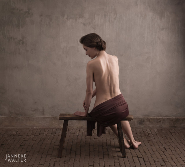 Fine art naaktfoto vrouw met omslagdoek op bankje © Janneke Walter, fotograaf, Utrecht, De Bilt, fine art fotografie, naaktfotografie