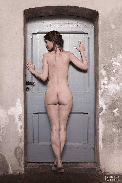 Fine art naakt foto vrouw bij deur II © Janneke Walter, fotograaf, Utrecht, De Bilt, fine art fotografie, naaktfotografie