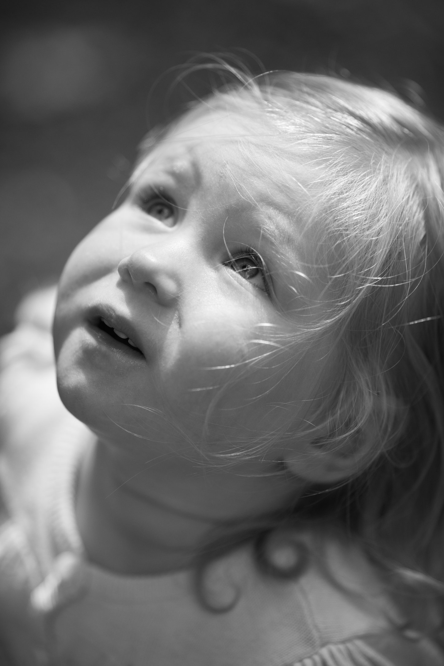 Portretfoto kind omhoog kijkend - © Janneke Walter, kinderfotograaf omgeving Utrecht