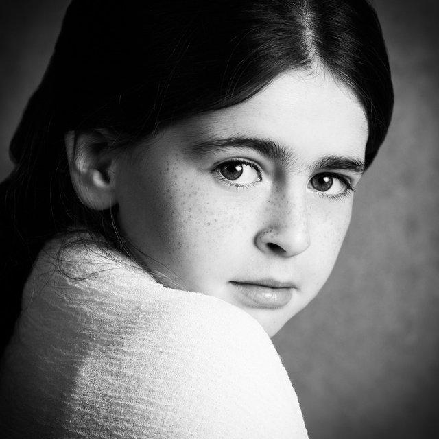 Fine art portretfoto meisje met witte omslagdoek @ Janneke Walter, kinderfotograaf Utrecht De Bilt, kinderfotografie, kinderportret, fine art fotografie
