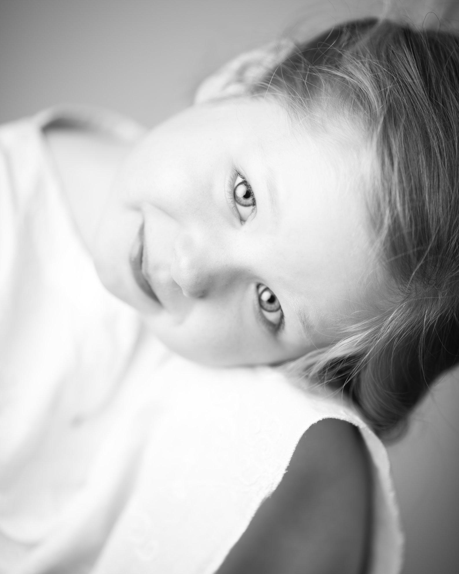 Portretfoto kind met gezicht op knie