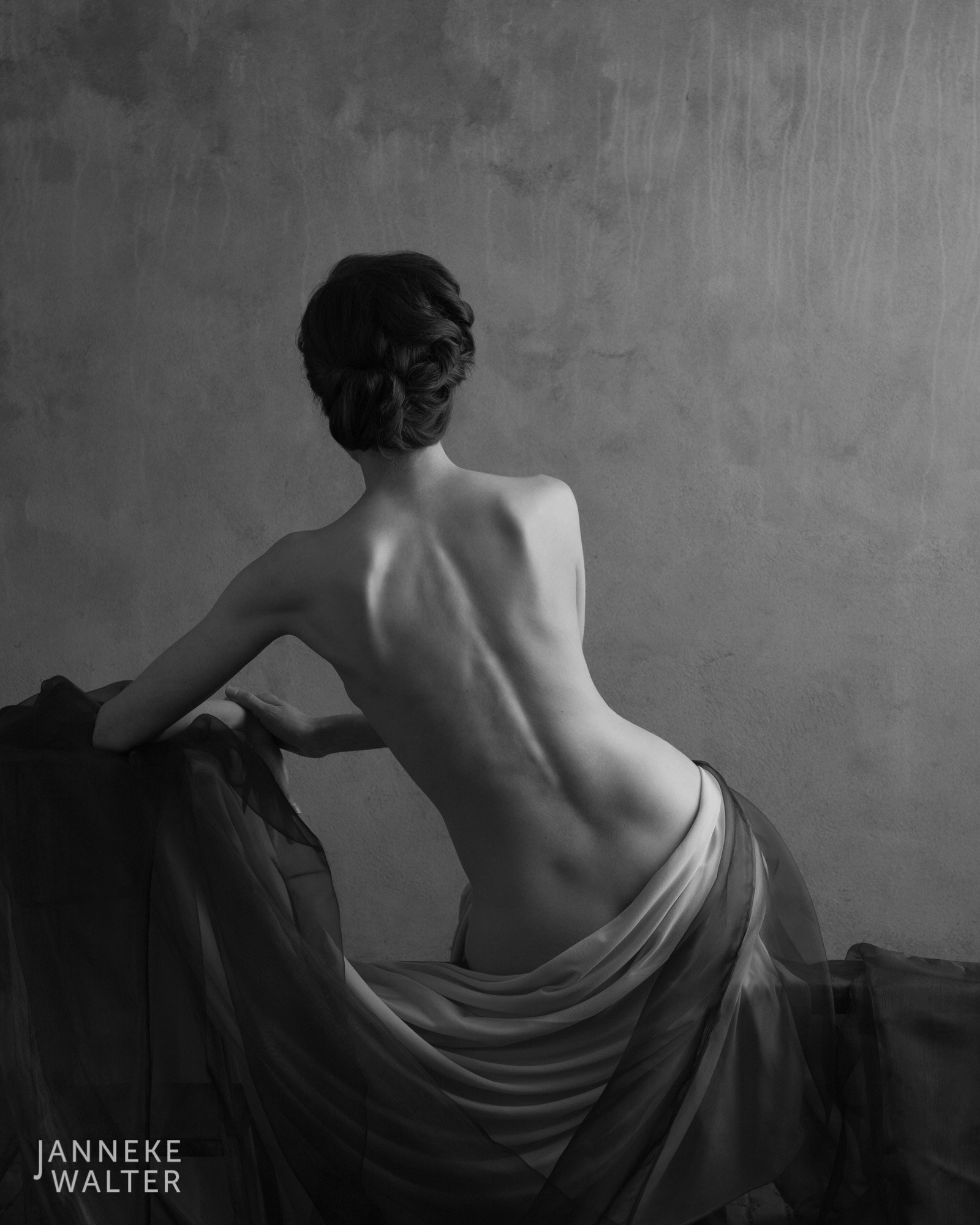 Fine art naakt foto vrouw met gedrapeerde doeken  © Janneke Walter, fotograaf Utrecht De Bilt, fine art fotografie, naaktfotografie