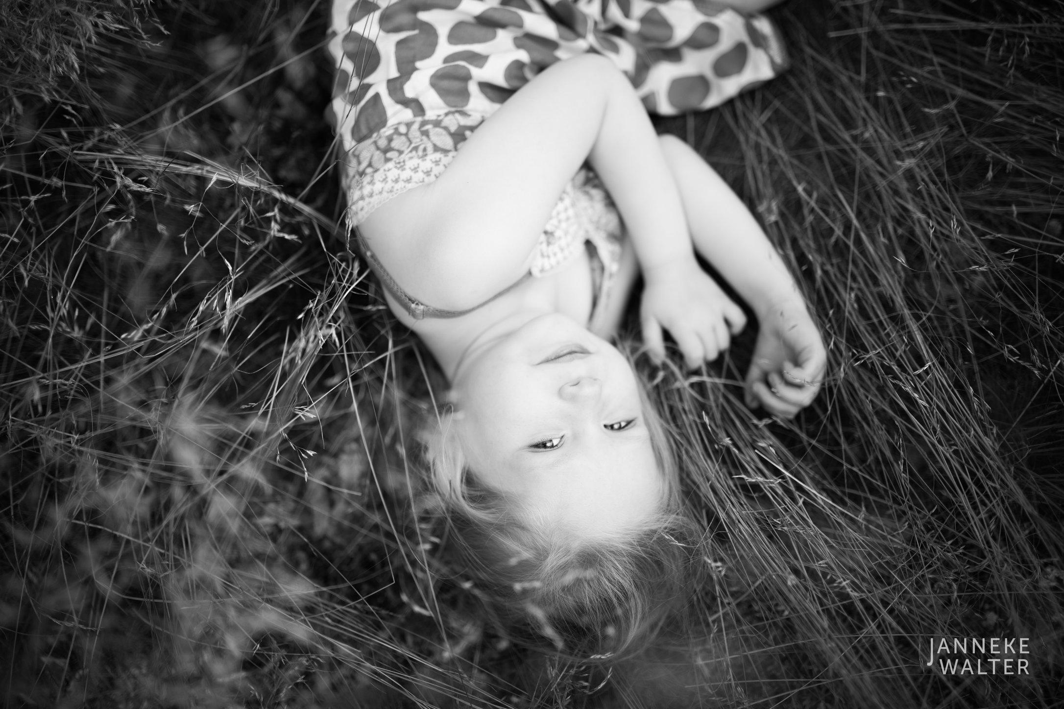 Portretfoto kind in hoog gras @ Janneke Walter, kinderfotograaf Utrecht De Bilt, kinderfotografie, kinderfotografie, kinderportret