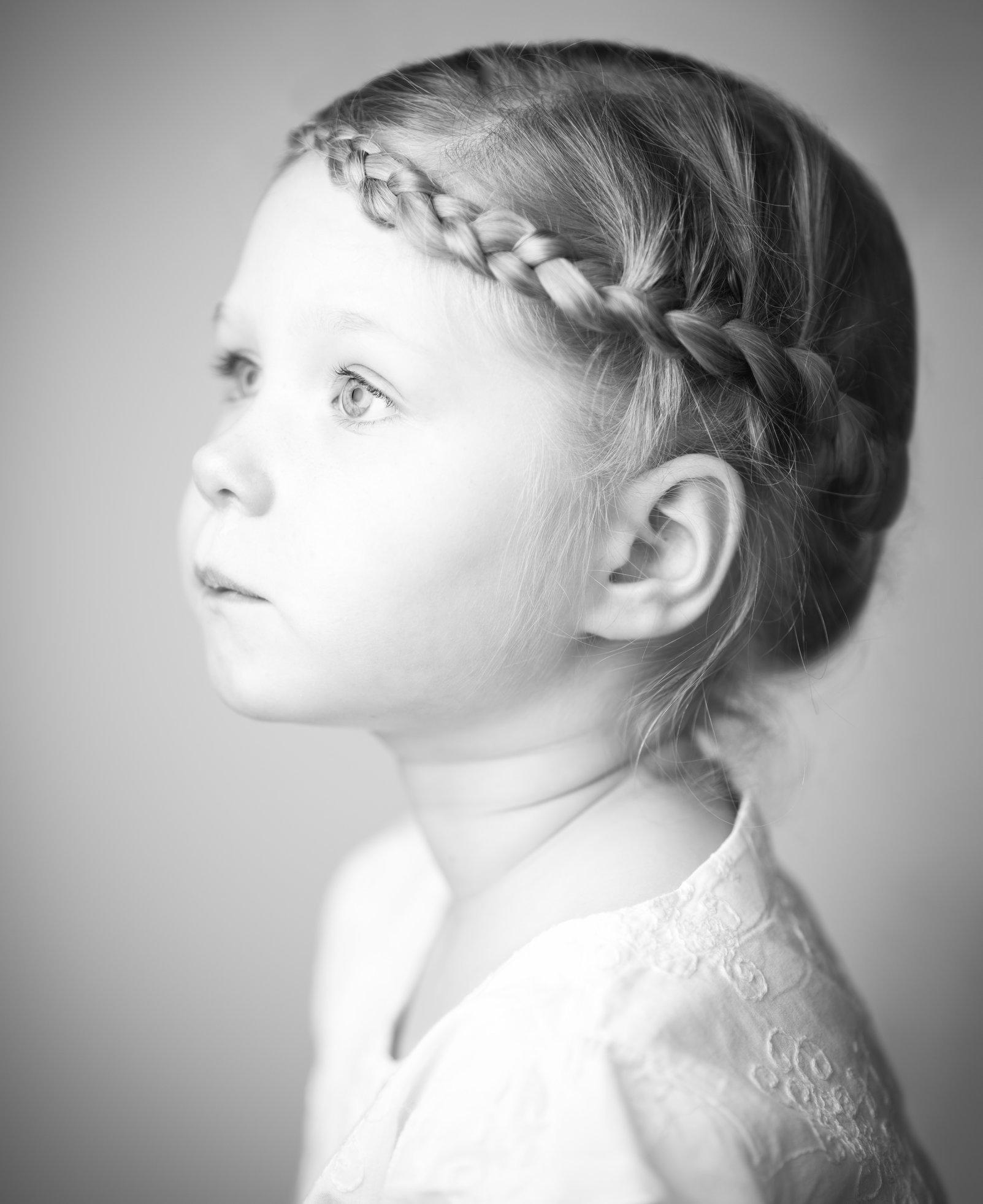 Portretfoto kind met vlecht - © Janneke Walter, kinderfotograaf omgeving Utrecht
