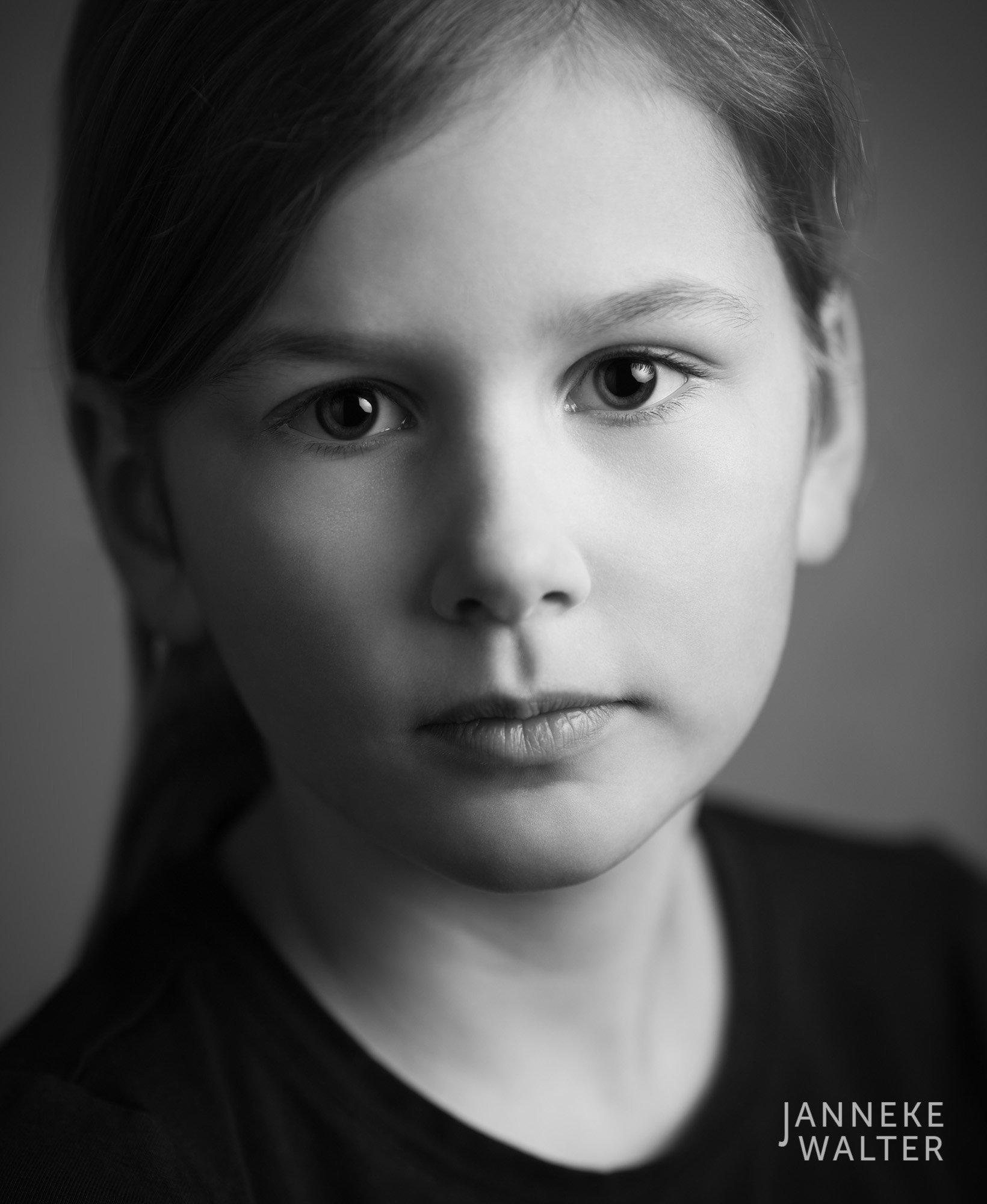 Portretfoto kind met staart @ Janneke Walter, kinderfotograaf Utrecht De Bilt, kinderfotografie, kinderportret