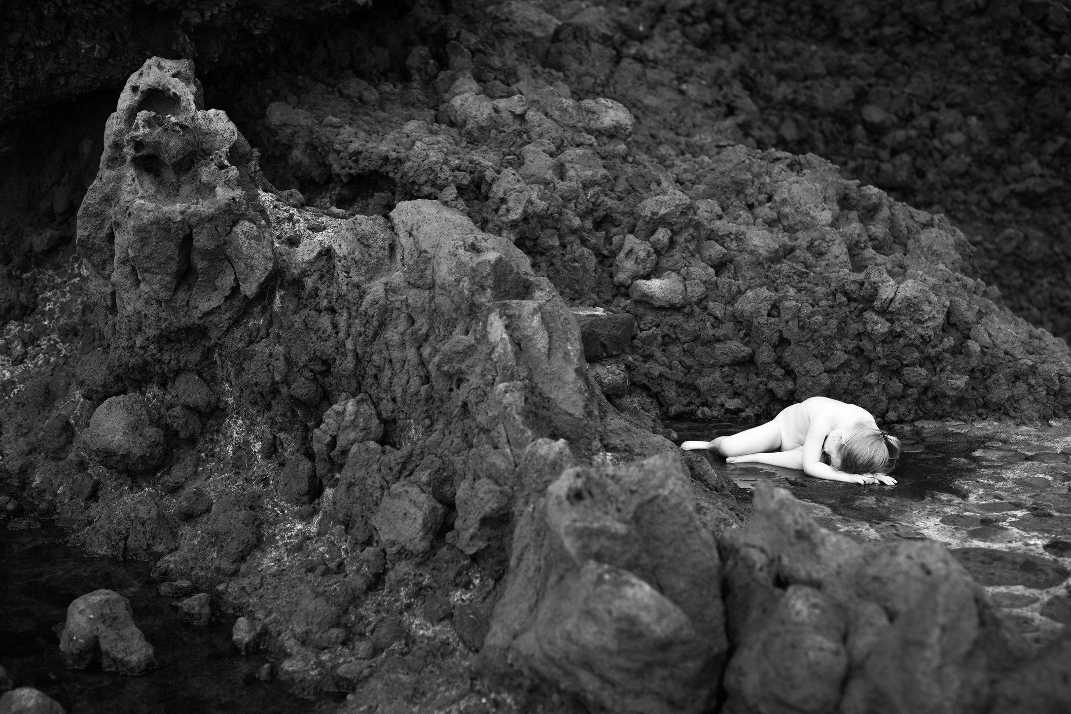 Portretfoto kind in lava poeltje - © Janneke Walter, kinderfotograaf omgeving Utrecht