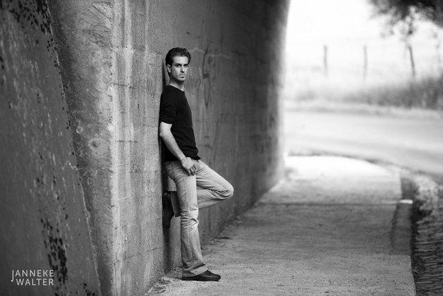 portretfoto man onder brug © Janneke Walter, fotograaf Utrecht De Bilt, portretfotograaf, portret, portretfotografie