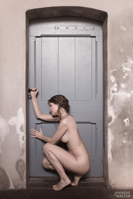Fine art naakt foto vrouw bij deur III © Janneke Walter, fotograaf Utrecht De Bilt, fine art fotografie, naaktfotografie