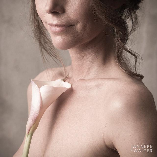 Fine art naakt foto vrouw met bloem © Janneke Walter, fotograaf Utrecht, De Bilt, fine art fotografie, naaktfotografie