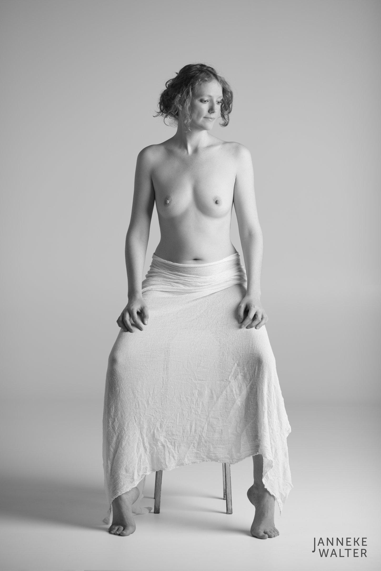 naaktfoto vrouw op houten kruk © Janneke Walter, fotograaf Utrecht De Bilt, esthetische naaktfotografie