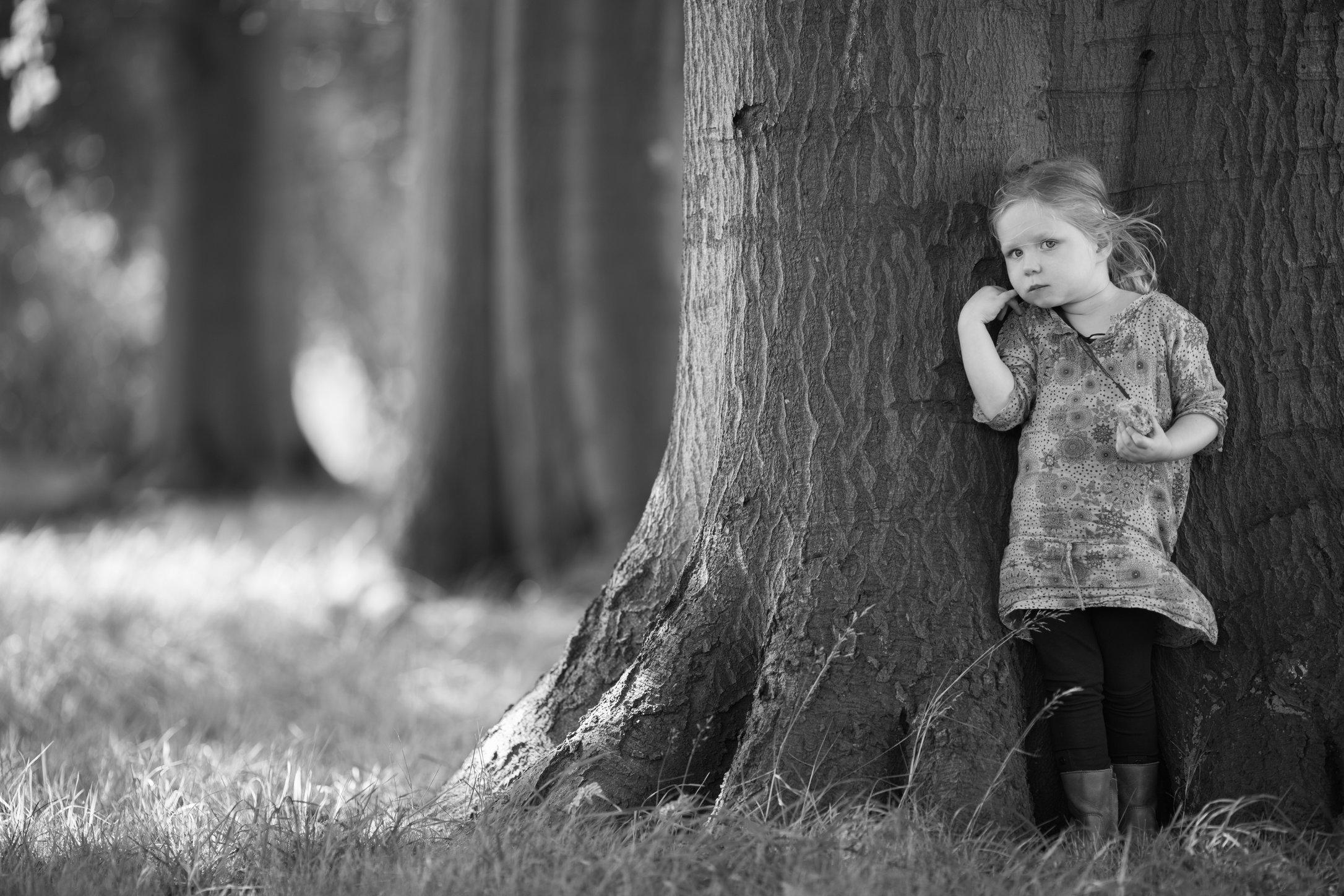 Portretfoto kind bij boom