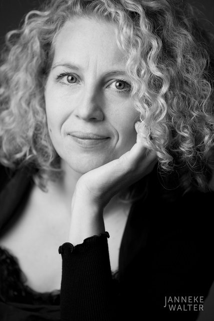 portretfoto vrouw krullend haar © Janneke Walter, fotograaf Utrecht De Bilt, portretfotograaf, portret, portretfotografie