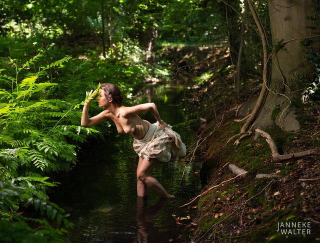 Fine art naakt foto vrouw in beekje © Janneke Walter, fotograaf, Utrecht, De Bilt, fine art fotografie, naaktfotografie