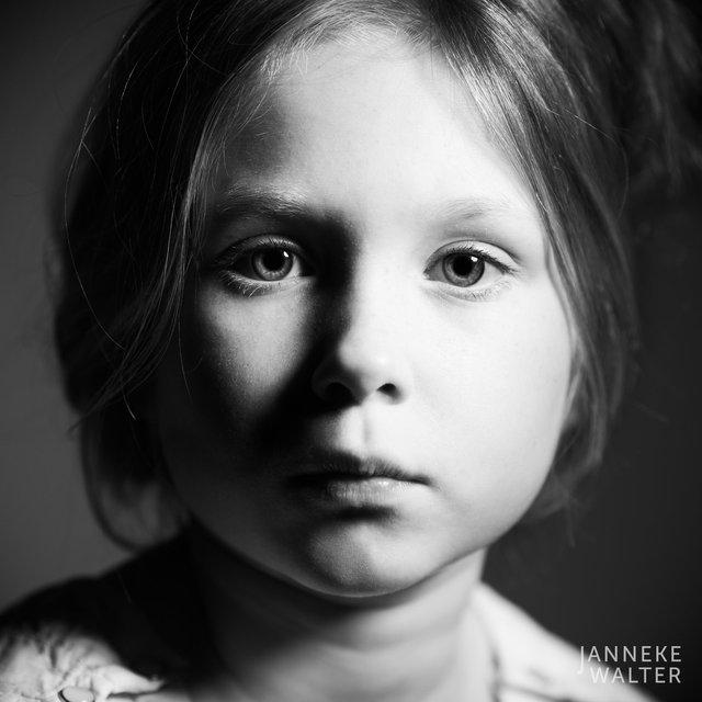Fine art portretfoto meisje met witte bloes II @ Janneke Walter, kinderfotograaf Utrecht De Bilt, kinderfotografie, kinderfotografie, kinderportret, fine art fotografie