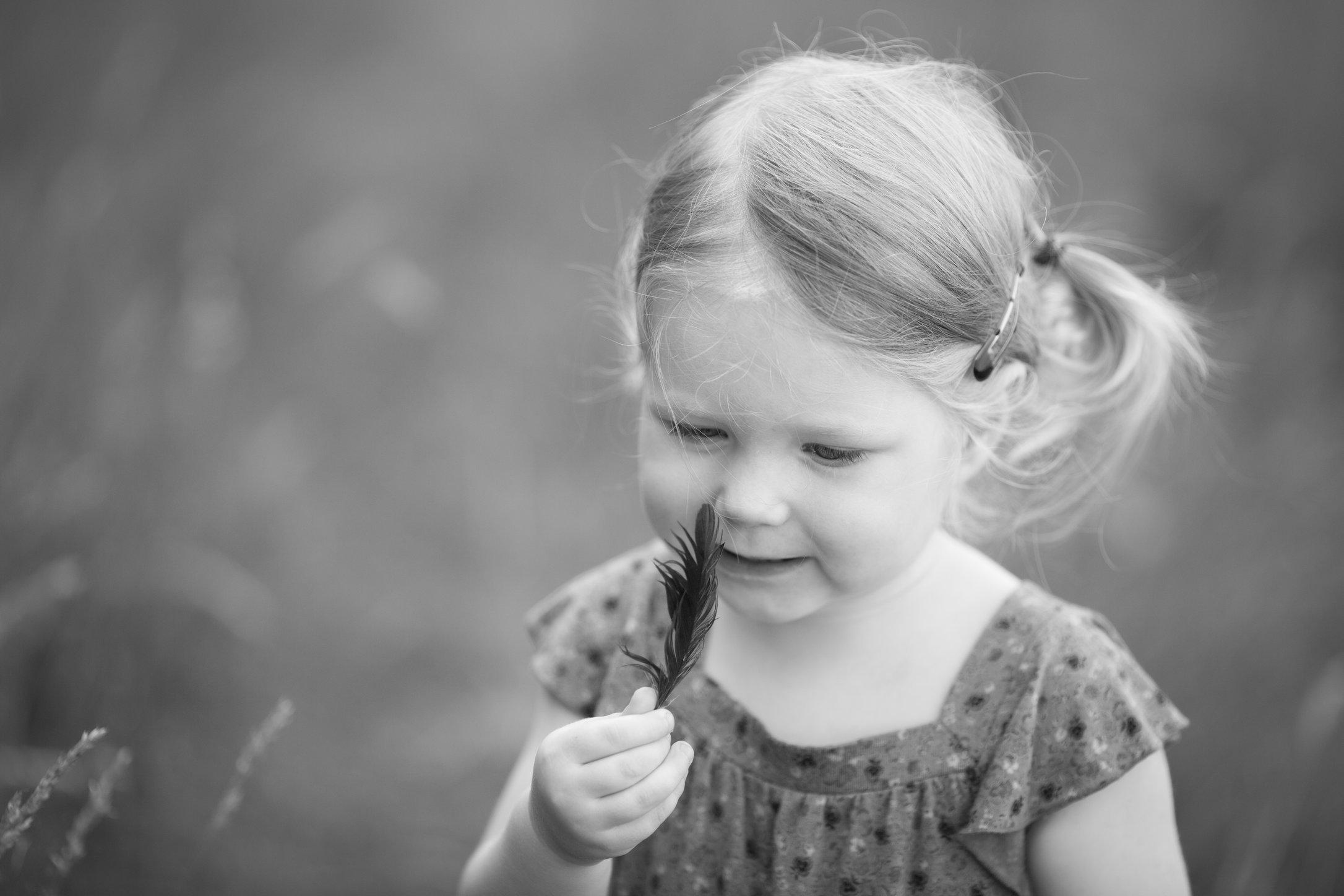 Portretfoto kind met veer - © Janneke Walter, kinderfotograaf omgeving Utrecht