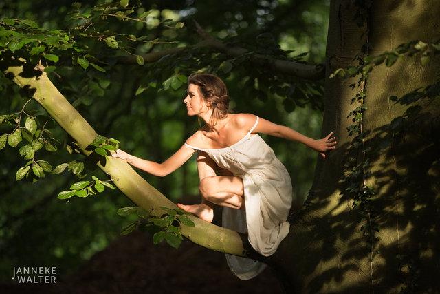 Fine art foto vrouw klimmend in boom © Janneke Walter, fotograaf, Utrecht, De Bilt, fine art fotografie, naaktfotografie