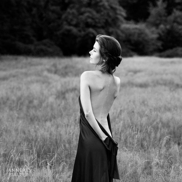 Fine art naakt foto vrouw in veld III © Janneke Walter, fotograaf, Utrecht, De Bilt, fine art fotografie, naaktfotografie