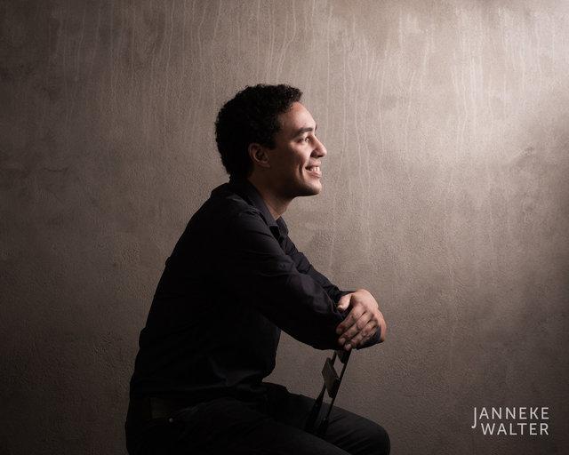 portretfoto man op stoel © Janneke Walter, fotograaf Utrecht De Bilt, portretfotograaf, portret, portretfotografie