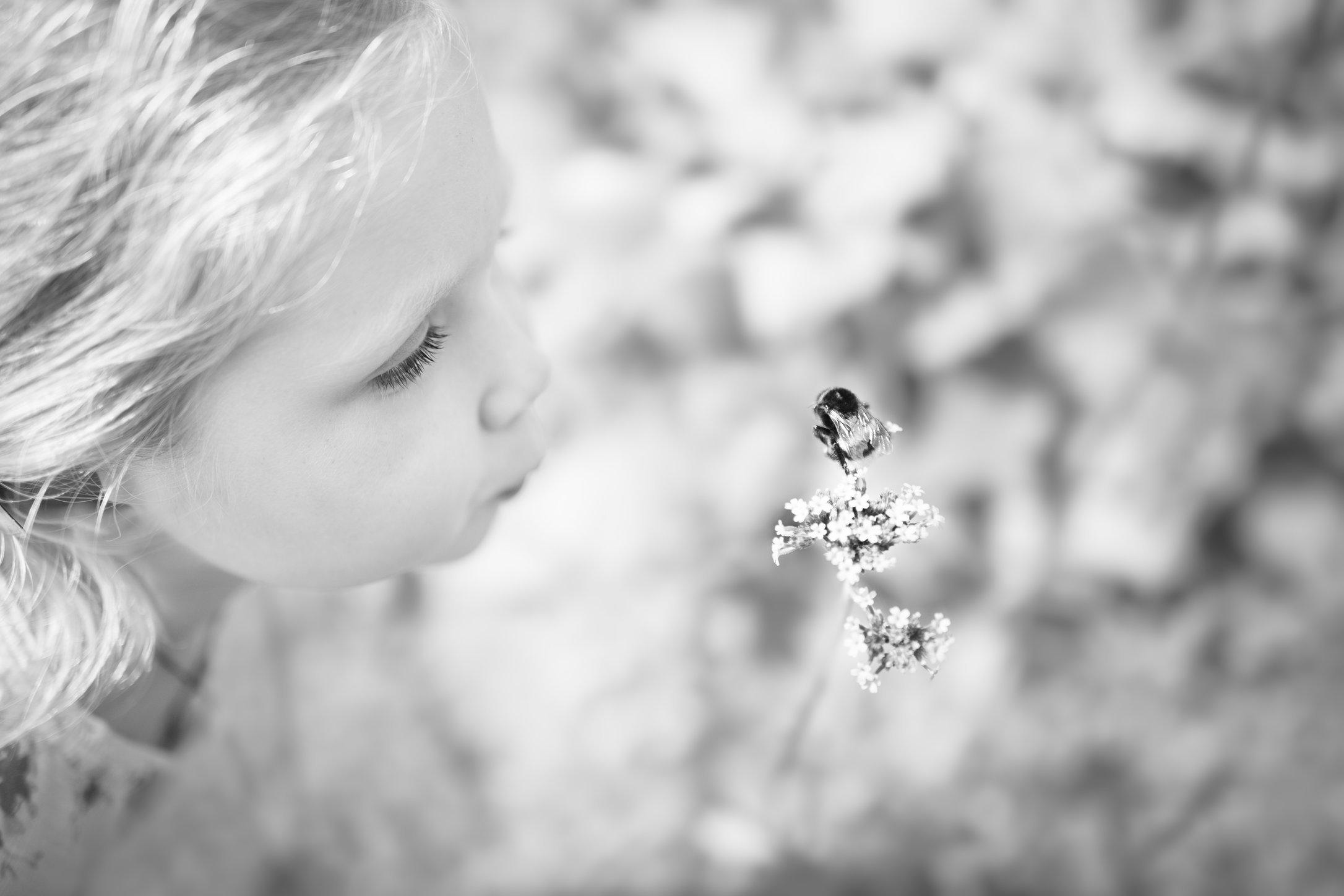 Portretfoto kind met bij - © Janneke Walter, kinderfotograaf omgeving Utrecht
