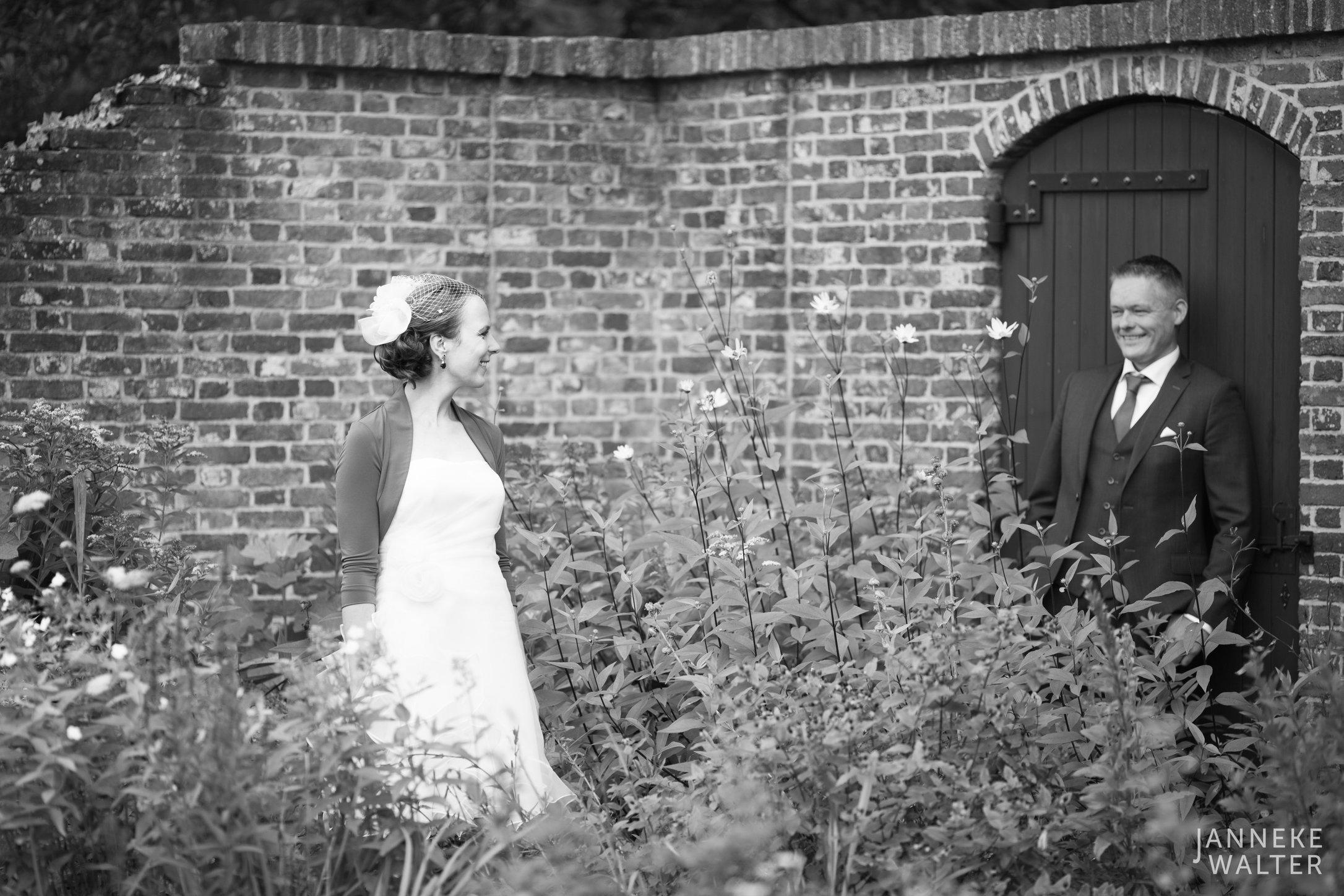 Portretfoto bruidspaar voor oude afgebrokkelde muur © Janneke Walter, fotograaf Utrecht De Bilt, loveshoot, bruidsfotografie, trouwfotografie