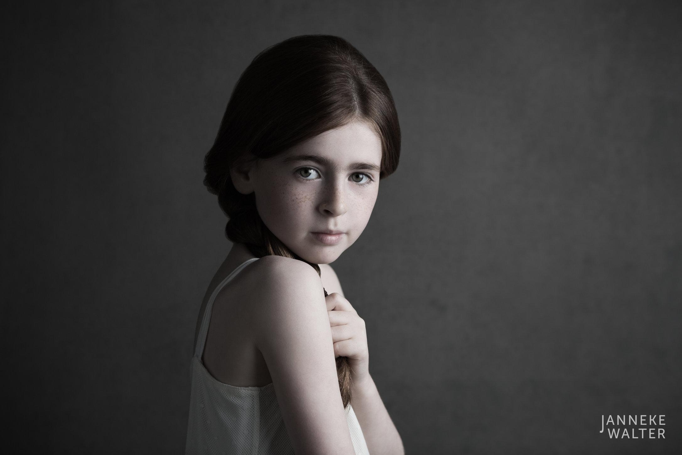 Portretfoto kind met vlecht @ Janneke Walter, kinderfotograaf Utrecht De Bilt, kinderfotografie, kinderportret