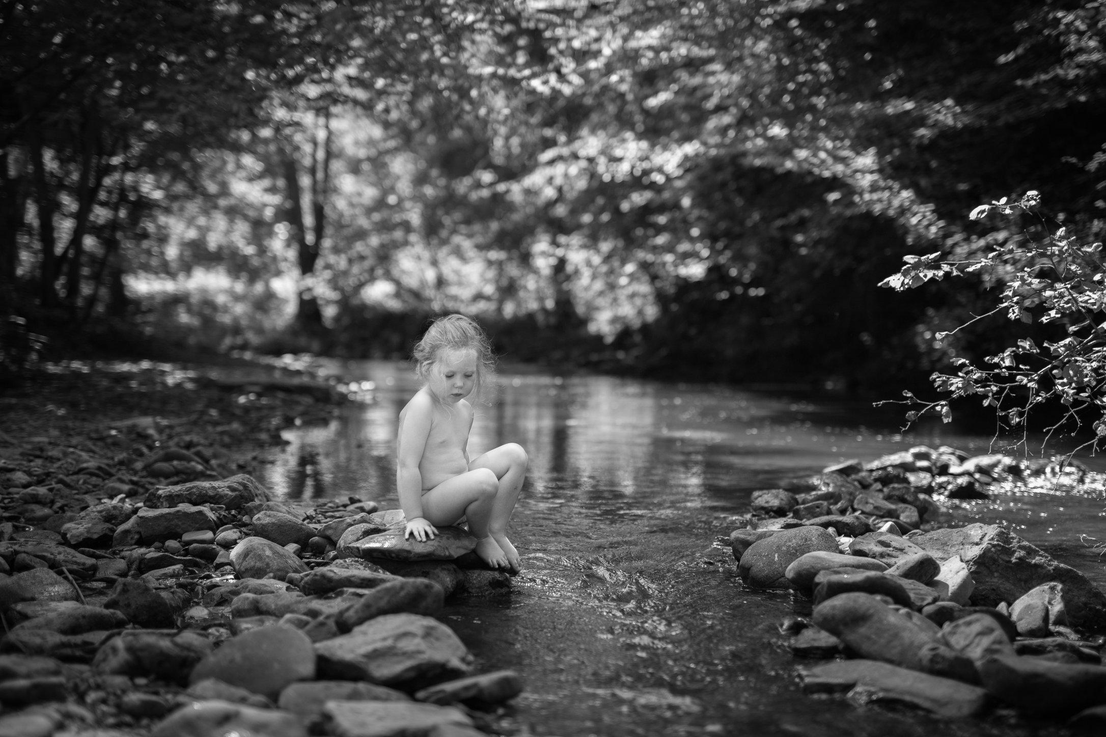 Portretfoto kind bij rivier - © Janneke Walter, kinderfotograaf omgeving Utrecht