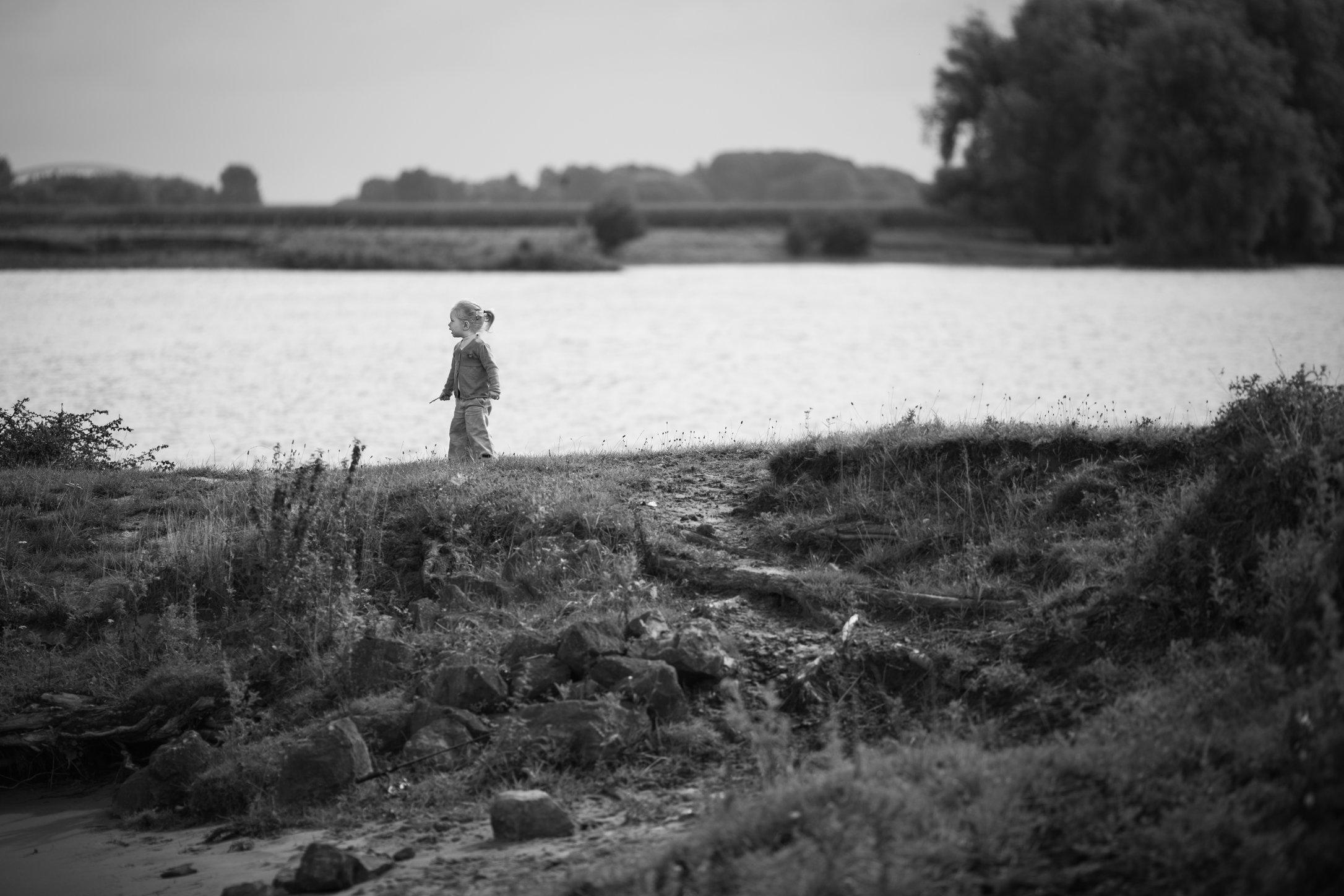 Portretfoto kind op bij river