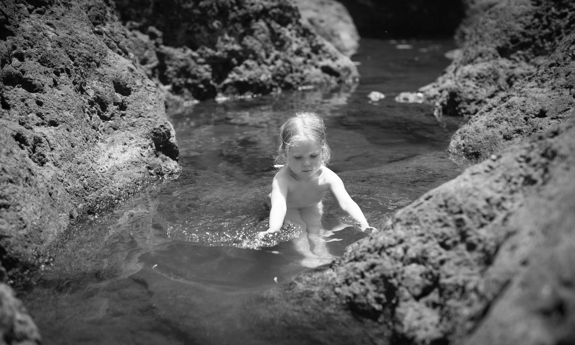 Portretfoto kind  in lava poeltje