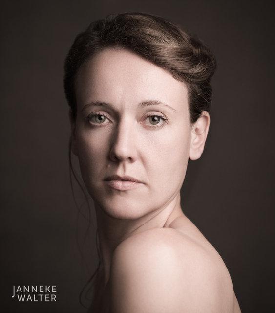 portretfoto vrouw met blote schouder © Janneke Walter, fotograaf, Utrecht, De Bilt, portretfotograaf, portret, portretfotografie