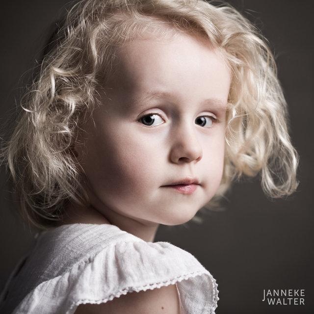 Fine art portretfoto kind met blonde krullen @ Janneke Walter, kinderfotograaf Utrecht De Bilt, kinderfotografie, kinderportret, fine art fotografie