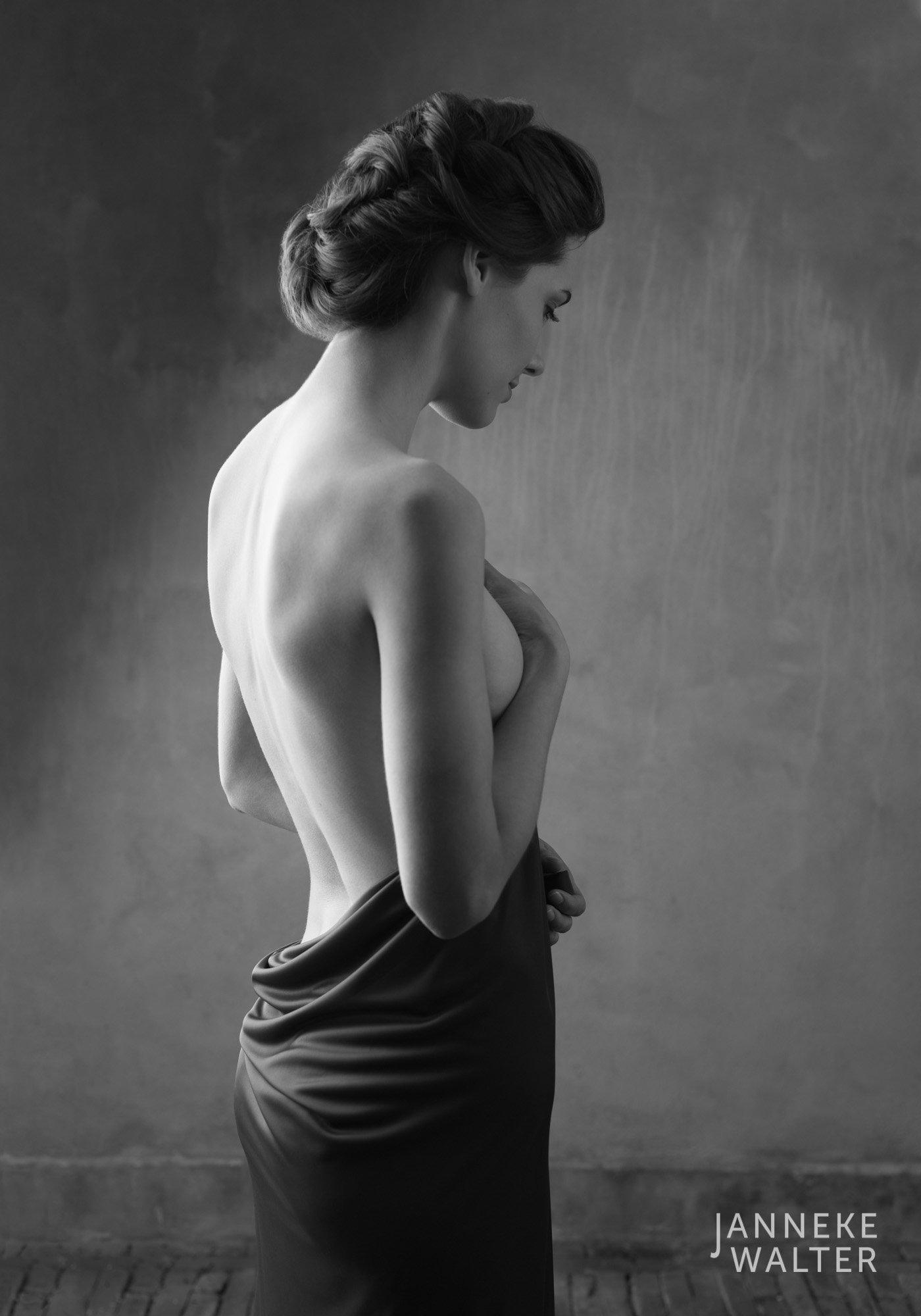 Fine art naakt foto vrouw met omslagdoek  © Janneke Walter, fotograaf Utrecht De Bilt, fine art fotografie, naaktfotografie
