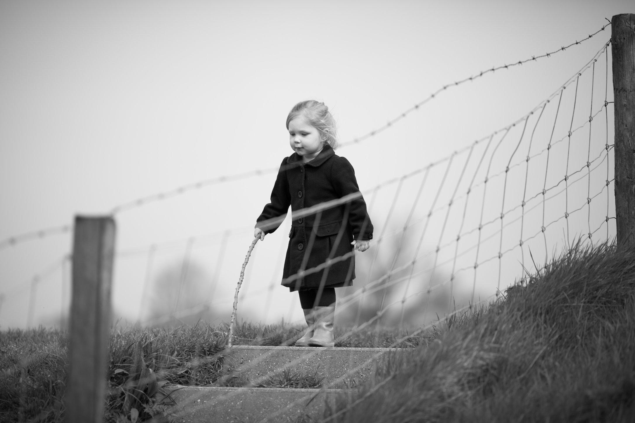 Portretfoto kind op dijk