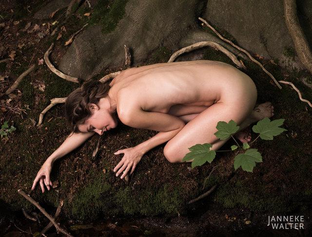 Fine art naakt foto vrouw liggend op oever © Janneke Walter, fotograaf, Utrecht, De Bilt, fine art fotografie, naaktfotografie